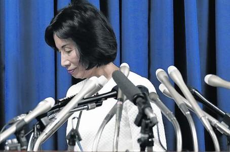 Exministra de Justicia 8 Midori Matsushima abandona abatida una rueda de prensa en Tokio.