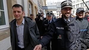 Edouard Perrin (izquierda), escoltado por la policía tras la primera jornada del juicio sobre el caso LuxLeaks, en Luxemburgo, este martes.