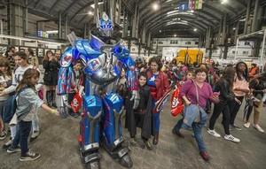 Un transformer se pasea por un Salón del Cómic lleno, el viernes.