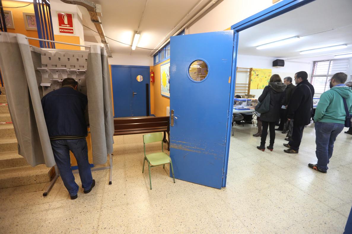 Un colegio electoral de LHospitalet, en las elecciones generales del 20 de diciembre del 2015.