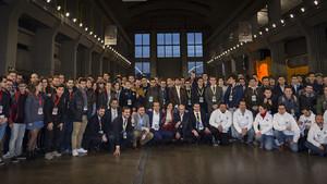 Los alumnos de instituto recibieron las explicaciones de los ingenieros de BMW.
