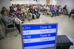 Numerosos contribuyentes aguardan para presentar su declaración de la renta.