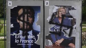 Pintadas en carteles electorales de Macron y Le Pen