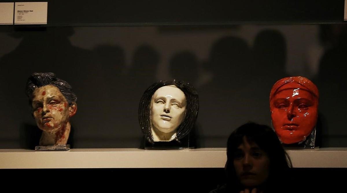 Tres máscaras que Ismael Smith realizó en el manicomio, en la exposición del MNAC.