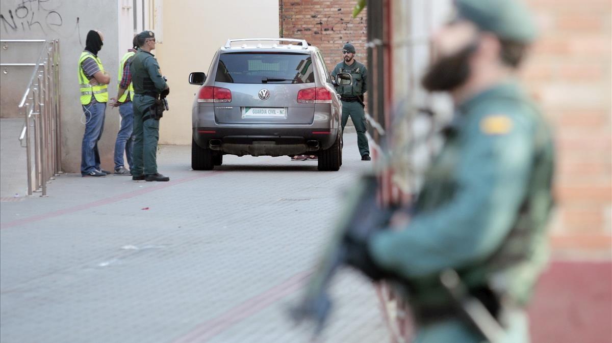 La Guardia Civil ha detenido hoy en la localidad castellonense de Vinaros a un marroqui de 24 anos residente en Espana por colaborar con la celula yihadista responsable de los atentados terroristas cometidos en agosto en Barcelona y Cambrils