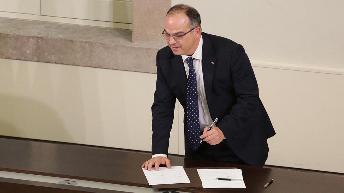 Jordi Turull durante la firma la de declaración.