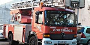 Rescatadas dos mujeres y tres menores de un balcón por incendio en Almería