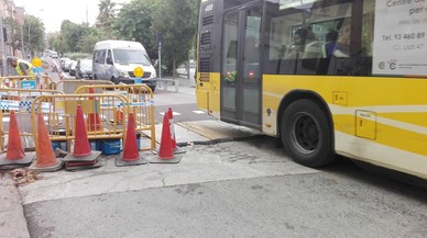 Cinc ferits lleus en un bus de Badalona per l'enfonsament d'una tapa de claveguera