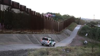 Un coche de la Patrulla Fronteriza de EEUU peina la valla de casi cinco metros que separa buena parte de los dos Nogales.