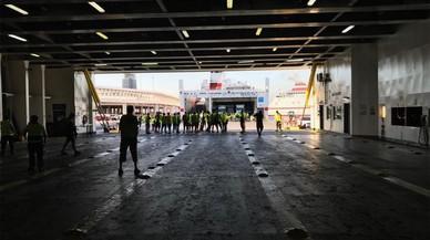 Els estibadors impedeixen el desembarcament de ferris amb passatgers al port de Barcelona