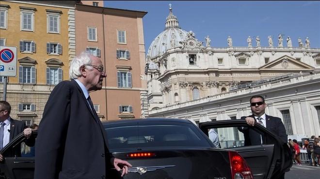 """El Papa suggereix anar al """"psiquiatre"""" als que li reproven haver saludat Bernie Sanders"""