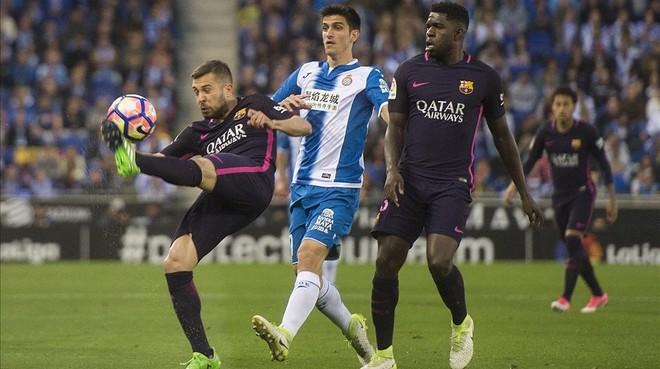Jordi Alba despeja el balón ante Gerard Moreno, el delantero del Espanyol.