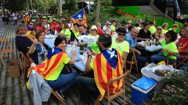 Los participantes cogen fuerzas comiendo en una terraza del passeig de St. Joan.