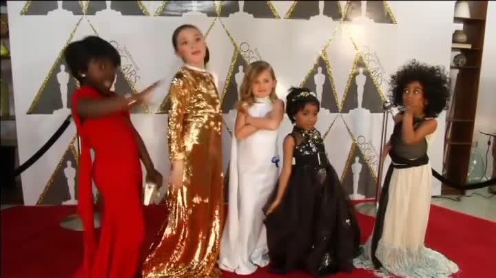 Unas niñas se visten con la réplica de los diseños más deslumbrantes de la gala.