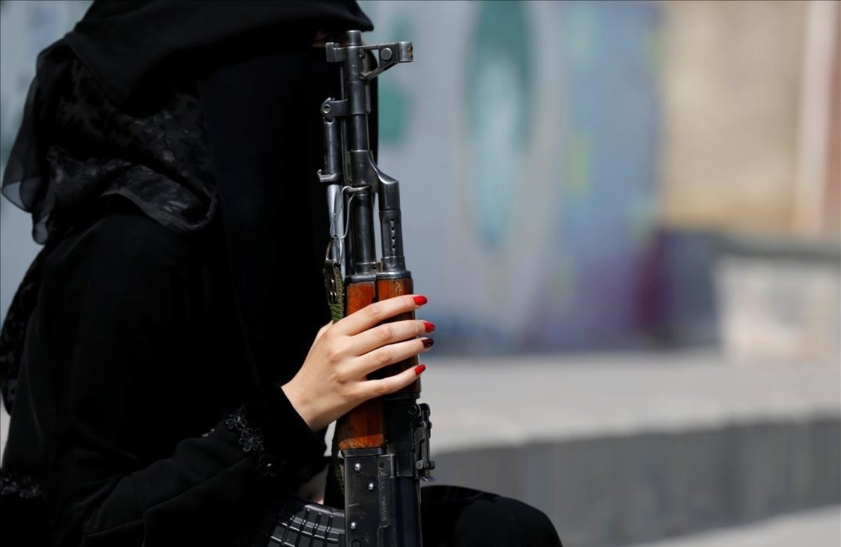 lpedragosa35404711 a woman loyal to the houthi movement holds a rifle as she ta160906225854