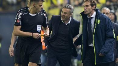 Momento en el que el colegiado Gil Manzanoexpulsa a Fran Escribá tras señalar el penaltide Bruno.