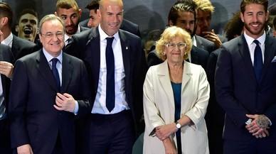 Pérez, Zidane y Ramos, con la alcaldesa de Madrid, Manuela Carmena, en el Ayuntamiento madrileño.