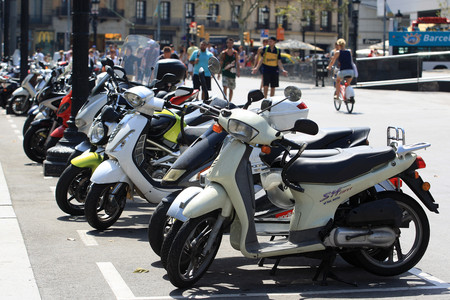 Motos aparcadas en un lateral de la plaza de Catalunya, este mircoles.