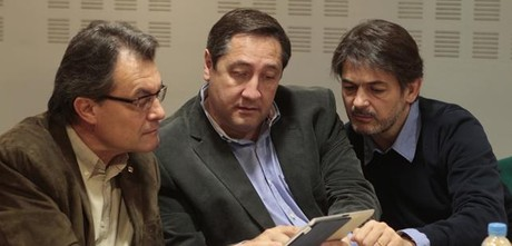 El 'conseller Josep Maria Pelegr, entre Artur Mas y Oriol Pujol, en el Consell Executiu de CiU el pasado 22 de abril.