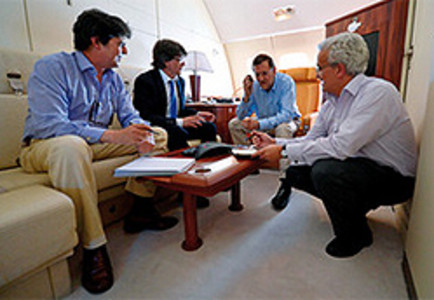 Rajoy y sus colaboradores en el Falcon 900.