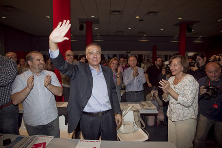 Pere Navarro, aplaudido por Montserrat Tura, tras ser designado candidato del PSC a la Generalitat, el domingo. 