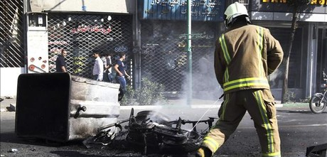 Un bombero extingue un fuego junto al Gran Bazar de Tehern.