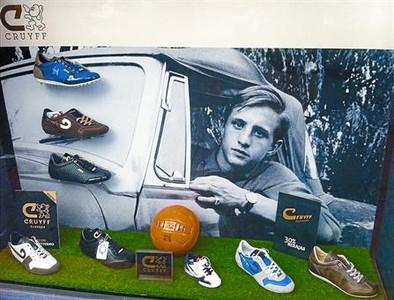 Un escaparate de Sitges con la imagen y el calzado que lleva el apellido Cruyff.