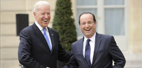 Biden da la mano a Hollande ante el Elseo.