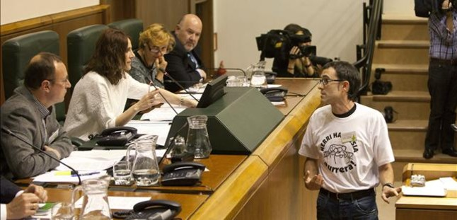 La presidenta del Parlamento Vasco, Bakartxo Tejería, este viernes, retira la palabra al parlamentario de EH Bildu Julen Arsuaga, que pretendía leer una carta de la colaboradora de ETA recientemente detenida Urtza Alkorta.
