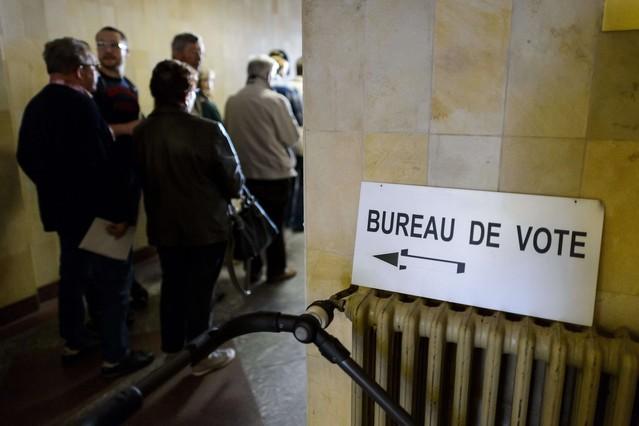 Ciudadanos suizos haciendo cola para votar en la localidad Bulle.