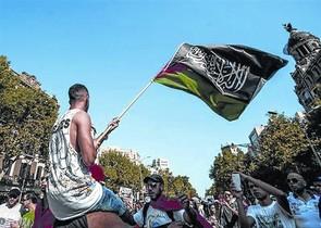 Un joven exhibe una bandera de Al Qaeda en una manifestación en Barcelona, en julio.<BR/>