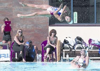 De tornada 8 Tarr�s observa un salt en l'entrenament de l'equip franc�s, ahir a l'Hospitalet.