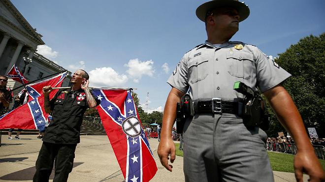 El grupo racista KKK tiene en la bandera confederada uno de sus símbolos.
