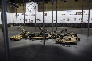 Restos del coche que conducía Anders Behring Breivik en la cruda exposición del Centro del 22 de julio en Oslo, Noruega, que se inaugura este miércoles.