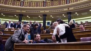 Xavier Domènech saluda a Pablo Iglesias en el hemicilo del Congreso, el pasado miércoles.