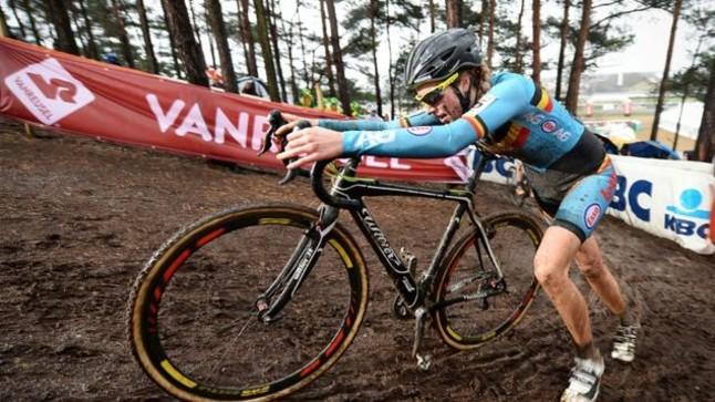 La ciclista belga Femke Van Den Driessche durante la prueba de cicclocross en Heusden-Zolder en la que la UCI ha descubierto un motor escondido en su bicicleta.