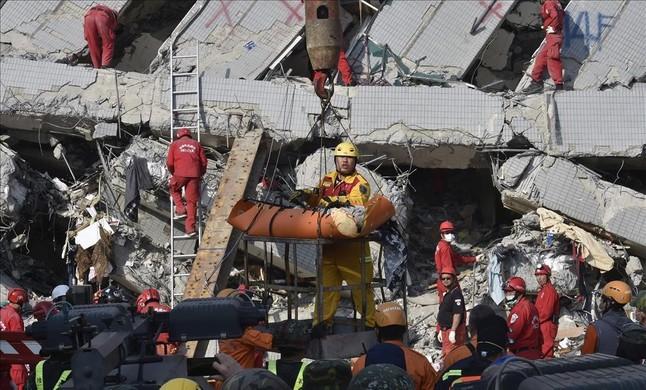 Los equipos de rescate trabajan en busca de supervivientes en uno de los edificio de Tainan.