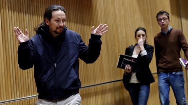 Pablo Iglesias saluda a la prensa a su llegada a la reunión del grupo parlamentario.