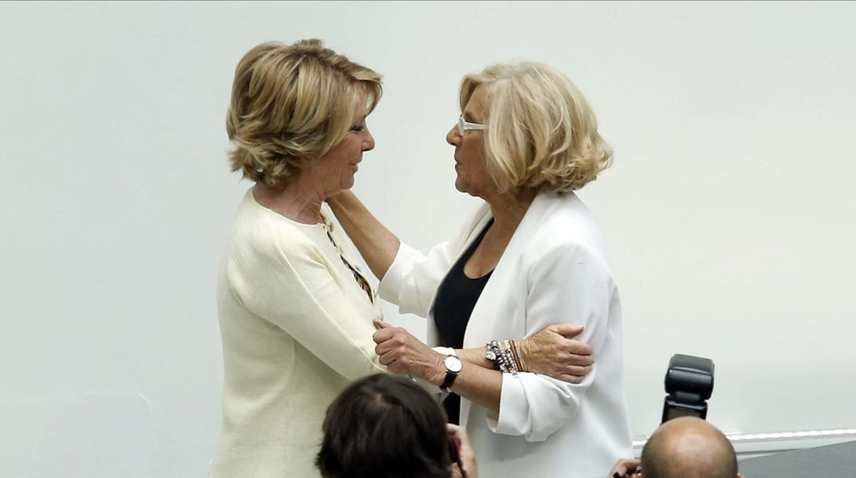 Esperanza Aguirre y Manuela Carmena, cuando está ganó la alcaldía de Madrid.