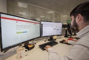<b>CONECTADO.</b> <br/>Un empleado de la legaltech Red Points usa el panel de control de reastreo de piratería.