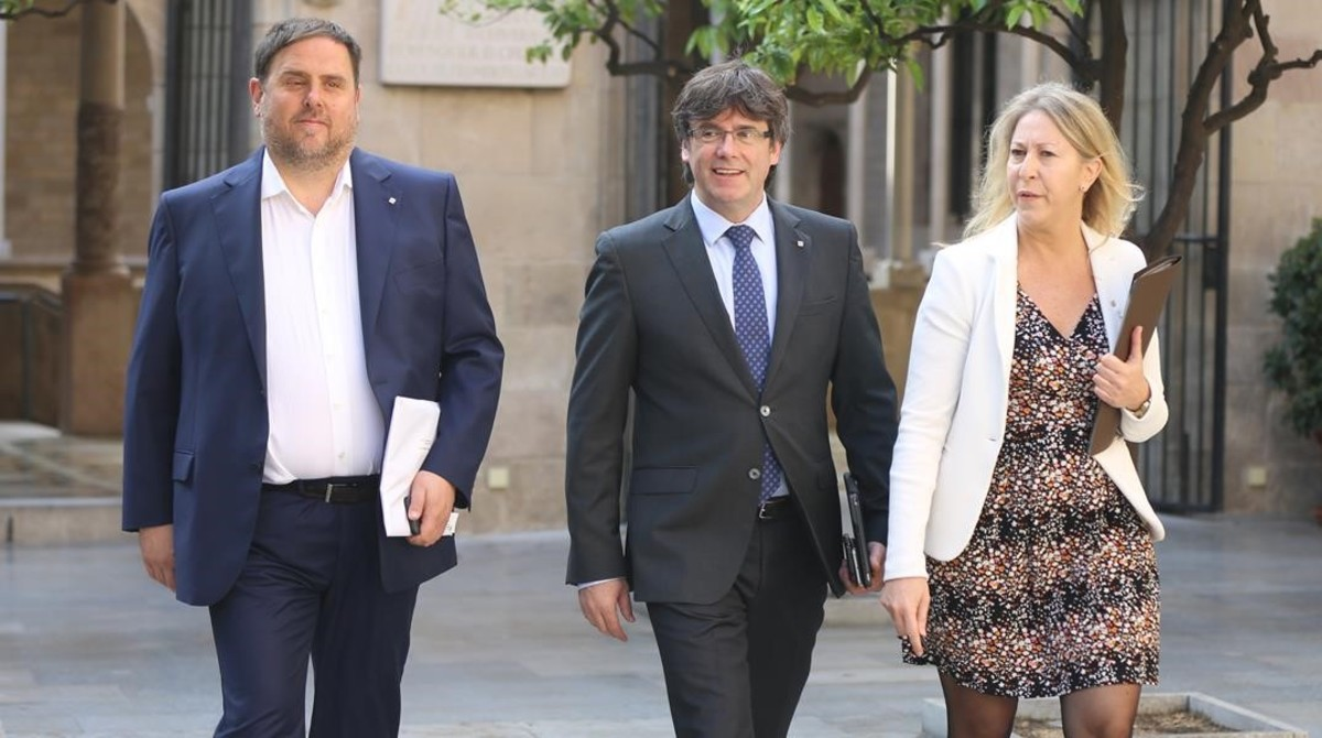 El vicepresidente del Govern, Oriol Junqueras; el president Carles Puigdemont y la portavoz Neus Munté, en el Palau de la Generalitat.