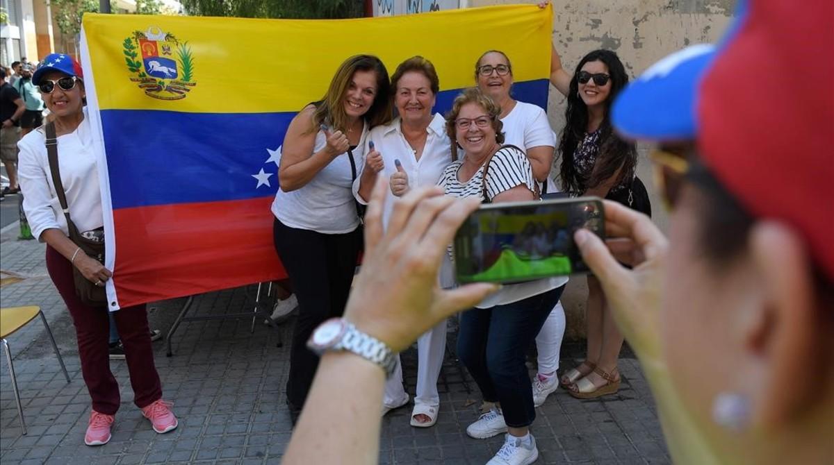 Residentes venezolanos de Barcelona votando en el simbolico plebiscito convocado por la oposición a Maduro