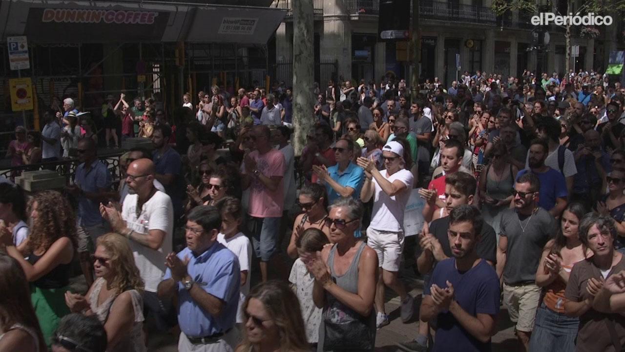 Minuto de silencio en la Plaza de Cataluya