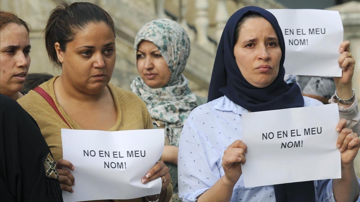 Durante la concentración en Ripoll se mostraron mensajes con el lema No en mi nombre.