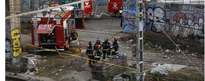 Bomberos en la antigua estaci�n de Arc de Triomf, donde se ha originado el incendio.