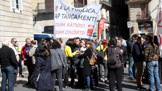 Concentració a la plaça de Sant Jaume contra el tancament de línies de P-3 i la massificació a secundària