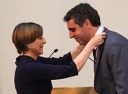 Carme Forcadell impone a Manel Esteller la Medalla de Oro del Parlament de Catalunya.