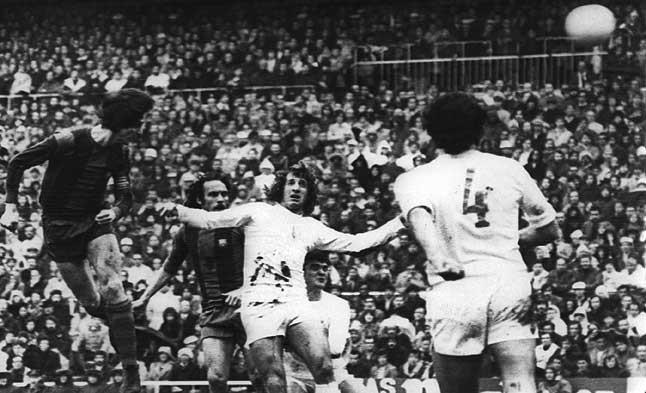 Estrella azulgrana. Cruyff conecta un cabezazo en el Barça-Madrid disputado en el Camp Nou el 30 de enero de 1977.