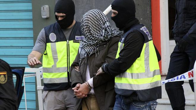 La polic�a traslada a uno de los detenidos en Ceuta por su presunta relaci�n con las organizaciones terroristas Estado Isl�mico y Jabhat al Nusra.