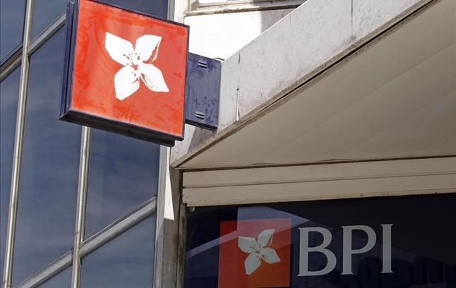 Emblema del banco portugués BPI en una oficina de Lisboa.